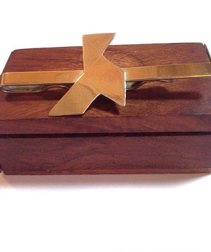 Pisacorbatas de latón cortado a mano con pajarita | PVP.25€ | REF.PISC.010