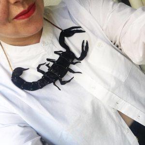 Scorpion pendant-Le Voilà. Look